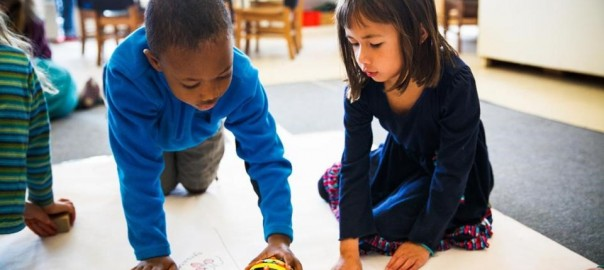 Niños jugando Bee-Bot